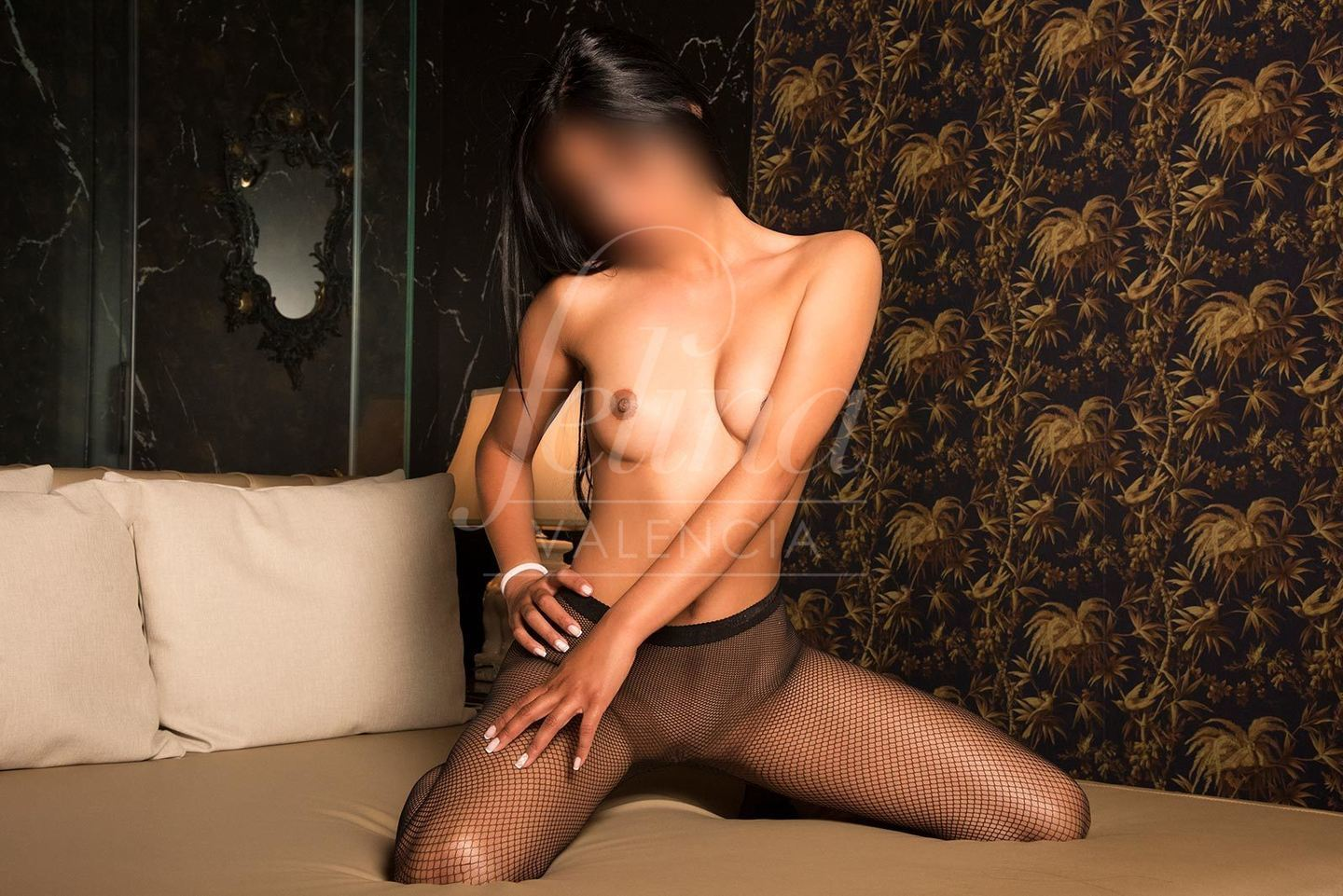 Salome: Brunette escort for PSE in Valencia, wearing fishnets