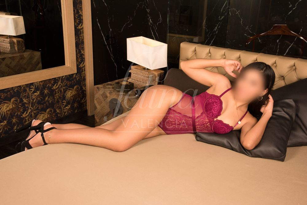 18 year old luxury escort for PSE in Valencia, with a wine red body, Dulce