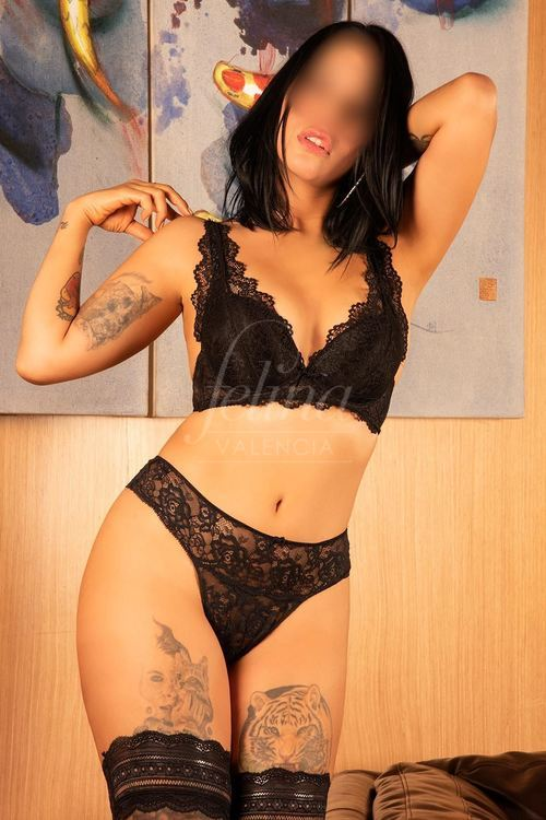 Latin luxury escort in Valencia for cum in face (CIF), in black lingerie, Jade